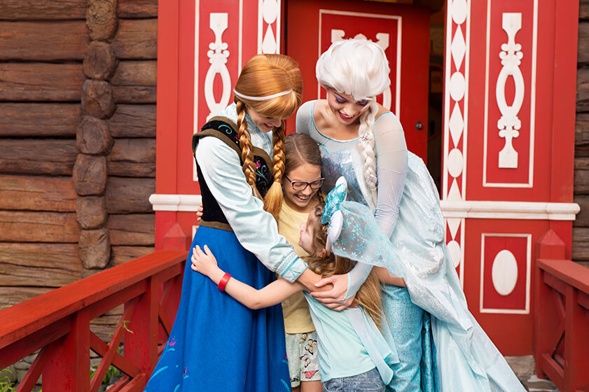 Photo of children meeting Anna and Elsa at the Royal Sommerhus